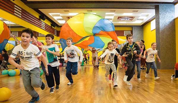 Праздничная программа с гигантским парашютом в фитнес центре Зорге